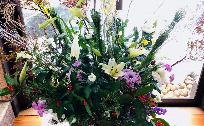 12月27日 外はズンズンと雪が降り始めています❗ お正月の花を活けています。