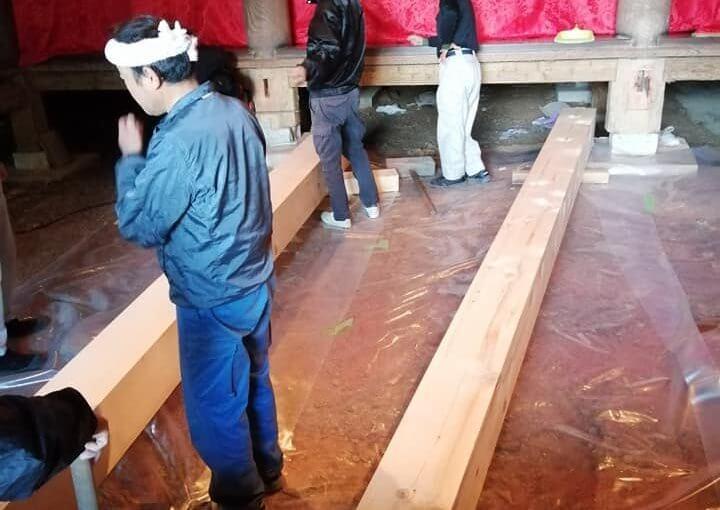 10月24日 7人がかりで大間(4間 3間 12坪)の大引きヒバの取り付け作業。