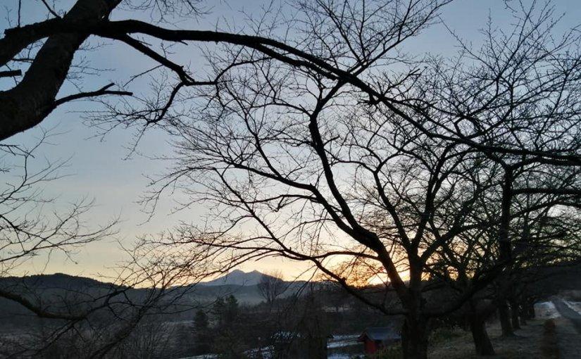 1月7日 今日の村上市朝日地区長津郷 鷲ヶ巣山の夜明け! 皆様 雪のない冬を喜んでおられます。 (珍しく風邪のようで声が出ません)