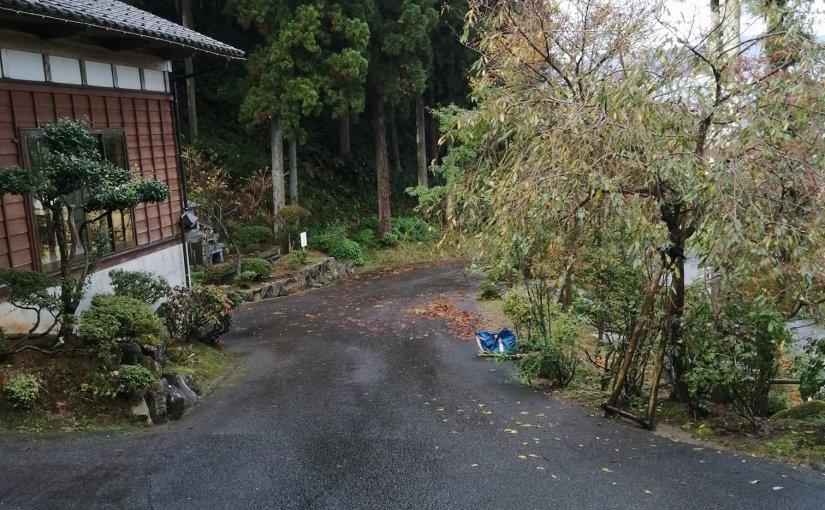 10月27日 25日の行事の前に掃き清められていた境内ですが 大風が吹いて杉の葉っぱが大量に落ちています長い参道の掃き掃除です