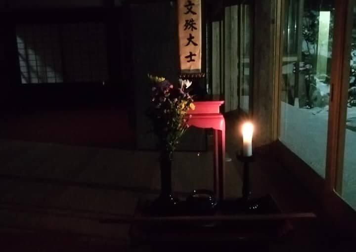 12月31日 本年最後の暁天坐禅(雪降り せっかくだから電気点けました)