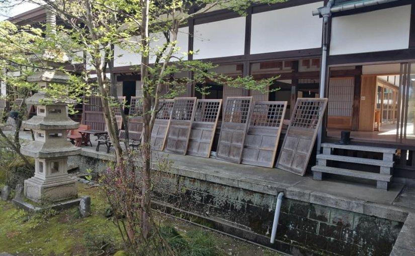 4月21日 村上市大場沢は良い天気です。 今日は応援も頼んで合計7人で窓拭きです。