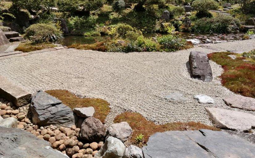 4月24日 5時からお昼までの草取り終わり。 砂紋も我流ながら。