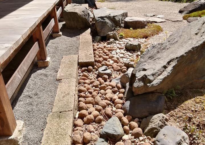 4月23日 おお屋根の雨落ちの水路のダマ石を一つ一つ橫にやりながら下の落ち葉やゴミを取り除く作業を朝から夕方まで 終わりました。