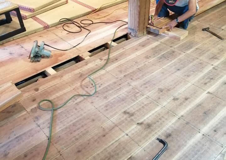 7月27日 敷居の取り替え中です。九尺✕七寸✕二寸が4本十五尺✕七寸✕二寸が1本ケヤキ板の加工は79才の建具屋墨付けは83才の大工我が家はオールドパワー