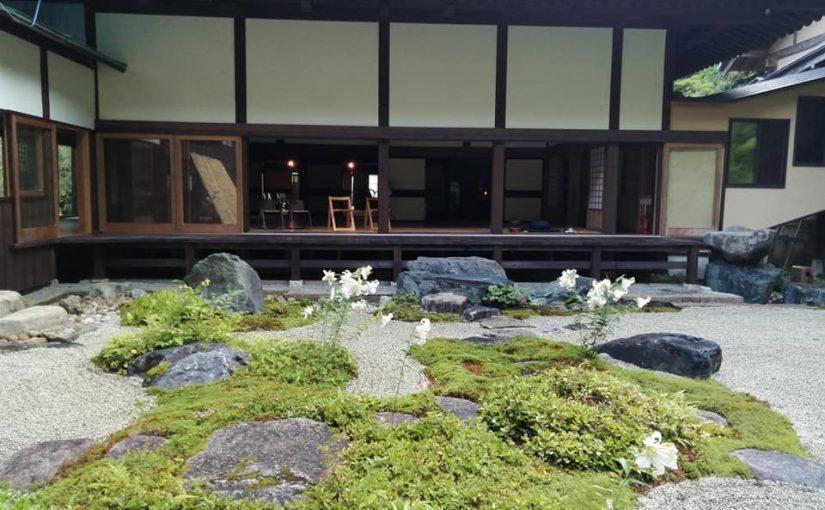 7月19日 4時半起床 6時まで坐禅 白砂の庭に水遣りして砂紋をつけたり(新潟市からファミングツアー24名の参拝観光客があります 暑い中ですが大丈夫なんでしょうか。)丁度良くハスが咲いてます。
