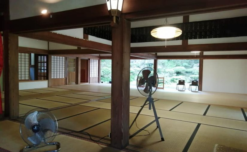 7月25日 今朝も朝から暑〜いカンカン照りの新潟県村上市です5時からの坐禅と朝の行持終わって襖を全部外して夏仕様