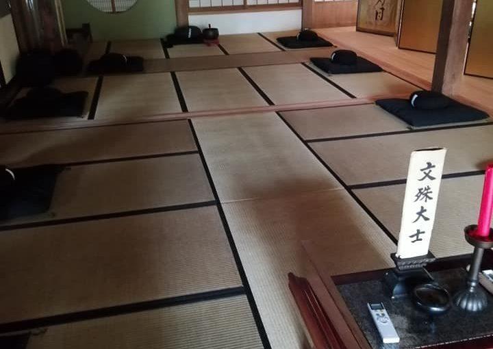 8月28日 村上市は曇ってます 涼しい朝です。第四土曜日は坐禅会です。さて本日も講師の法侖尼の都合上「正法眼蔵随聞記」の講義は休みで坐禅のみとなります。