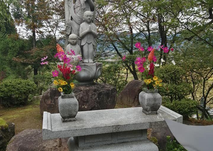 本日は曇りです。いつもの方がお花を供えて下さいました。新潟から9名、新発田の清水園 昼食は村上のサーモンハウスそして普済寺へ約1時間の滞在