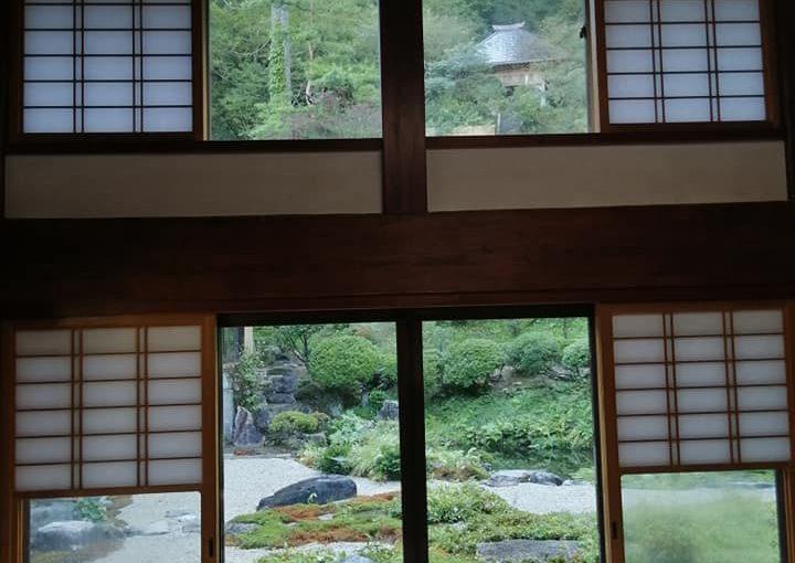 9月19日 新潟市村上市は昨日は一日雨☔本日は快晴 秋が過ぎて行きます。客茶の間の障子が入り額縁の景色に1段の風情があります。